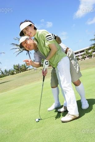 ゴルフを楽しむシニアカップルの写真素材 [FYI02354602]