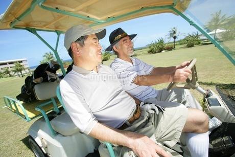 ゴルフを楽しむシニアの写真素材 [FYI02354604]
