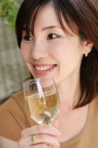 ワインを飲む女性の写真素材 [FYI02354609]