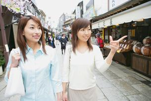 観光する若い女性2人の写真素材 [FYI02354612]
