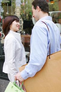 ショッピングをするカップルの写真素材 [FYI02354613]