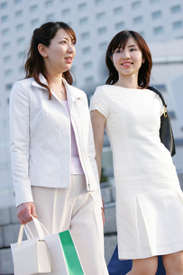 2人の女性の写真素材 [FYI02354631]