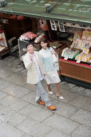 観光するカップルの写真素材 [FYI02354635]