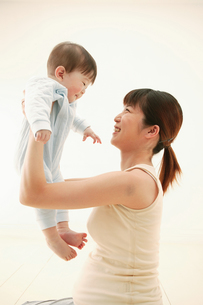 赤ちゃんを抱き上げる妊婦の写真素材 [FYI02354642]