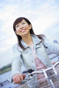 自転車に乗る女性の写真素材 [FYI02354650]