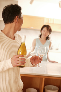 ワインを運ぶ夫の写真素材 [FYI02354660]