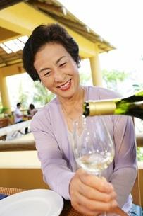 ワインと女性の写真素材 [FYI02354669]