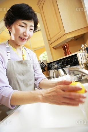 レモンを洗う女性の写真素材 [FYI02354678]