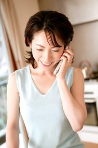 電話をする女性の写真素材 [FYI02354683]