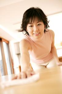 テーブルを拭く女性の写真素材 [FYI02354692]