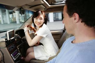 車中のカップルの写真素材 [FYI02354696]
