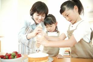 ケーキ作りをする母子の写真素材 [FYI02354705]