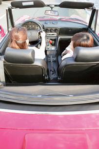 ドライブをする女性2人の後ろ姿の写真素材 [FYI02354720]