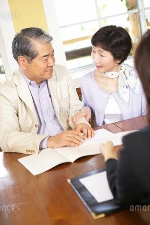 話し合いをするシニア夫婦の写真素材 [FYI02354725]