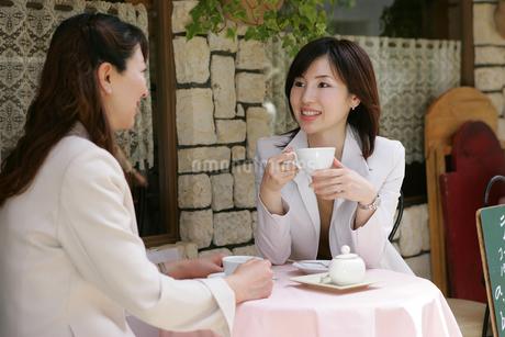カフェでくつろぐ女性の写真素材 [FYI02354728]