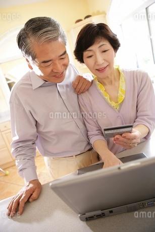 ネットショッピングをするシニアカップルの写真素材 [FYI02354734]