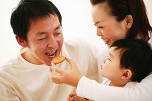 微笑ましい親子の写真素材 [FYI02354753]