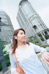 街中の女性の写真素材 [FYI02354763]