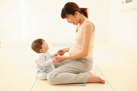 赤ちゃんと遊ぶ母の写真素材 [FYI02354777]