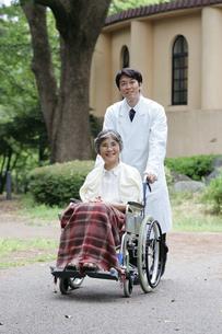 車イスに乗った女性と医者の写真素材 [FYI02354781]