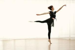 バレエをする女性の写真素材 [FYI02354782]