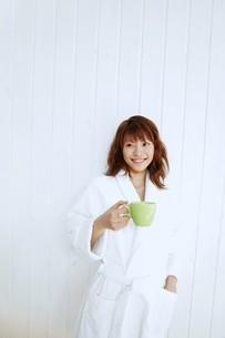 ガウンを着てマグカップを持った女性の写真素材 [FYI02354798]