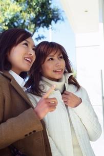 2人の若い女性の写真素材 [FYI02354802]