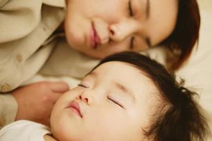眠るママと赤ちゃんの写真素材 [FYI02354808]