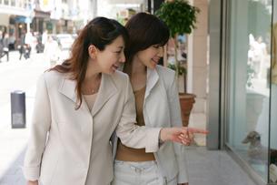 ショッピングをする女性の写真素材 [FYI02354828]