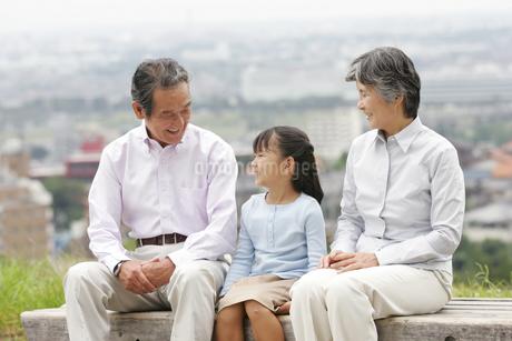 シニアカップルと孫の写真素材 [FYI02354830]