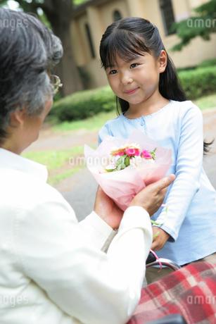 お見舞にきた孫の写真素材 [FYI02354837]
