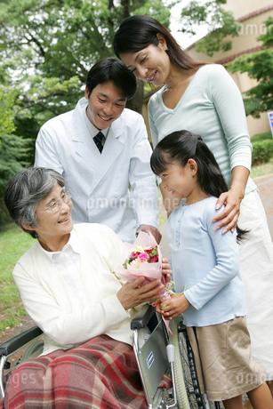 お見舞にきた家族の写真素材 [FYI02354856]