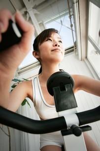 エアロバイクをする女性の写真素材 [FYI02354858]