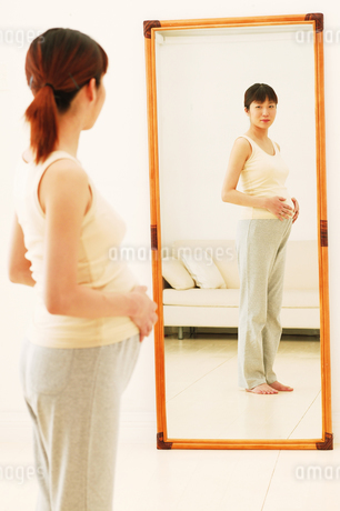 鏡を見る妊婦の写真素材 [FYI02354870]