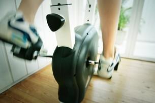 エアロバイクをこぐ女性の足の写真素材 [FYI02354897]