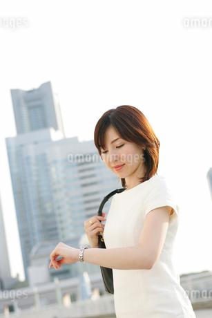 時計を見る女性の写真素材 [FYI02354905]