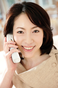 電話する女性の写真素材 [FYI02354935]