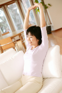 伸びをする女性の写真素材 [FYI02354943]