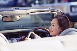 ドライブをする女性の写真素材 [FYI02354947]