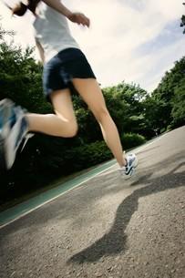 ランニングをする女性の写真素材 [FYI02355014]