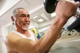 体を鍛える男性の写真素材 [FYI02355031]