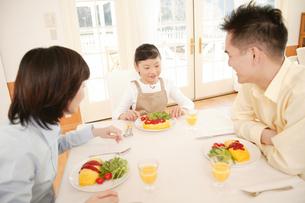 オムライスを食べる親子の写真素材 [FYI02355036]