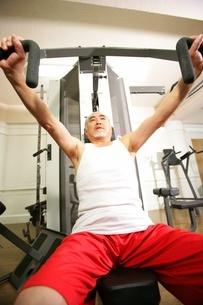 体を鍛える男性の写真素材 [FYI02355058]