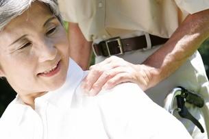肩を揉まれるシニア女性の写真素材 [FYI02355061]
