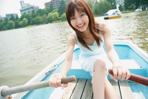 ボートを漕ぐ女性の写真素材 [FYI02355067]