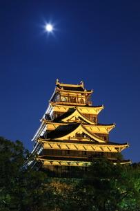 月夜の広島城の写真素材 [FYI02355068]