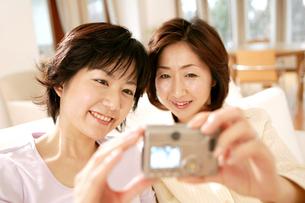 写真を撮る女性の写真素材 [FYI02355074]