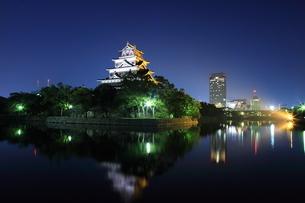 月夜の広島の街並みと広島城の写真素材 [FYI02355113]