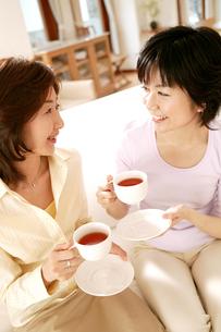 お茶を飲む女性の写真素材 [FYI02355118]
