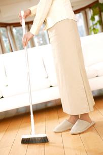 掃除をする女性の写真素材 [FYI02355121]